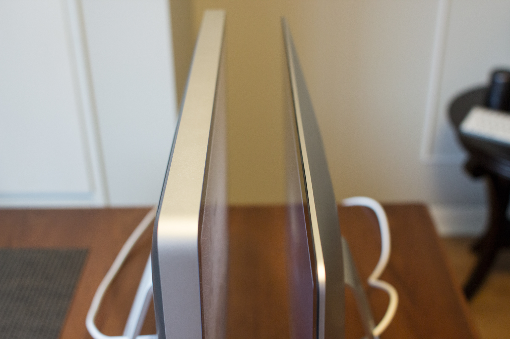 2008 iMac (right) and 2012 iMac (left) top thickness comparison