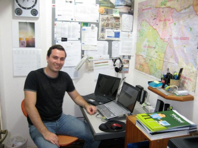 Sara_Lacy_visits_Diego_Simons_home_office_-_early_days_VivaReal (1)