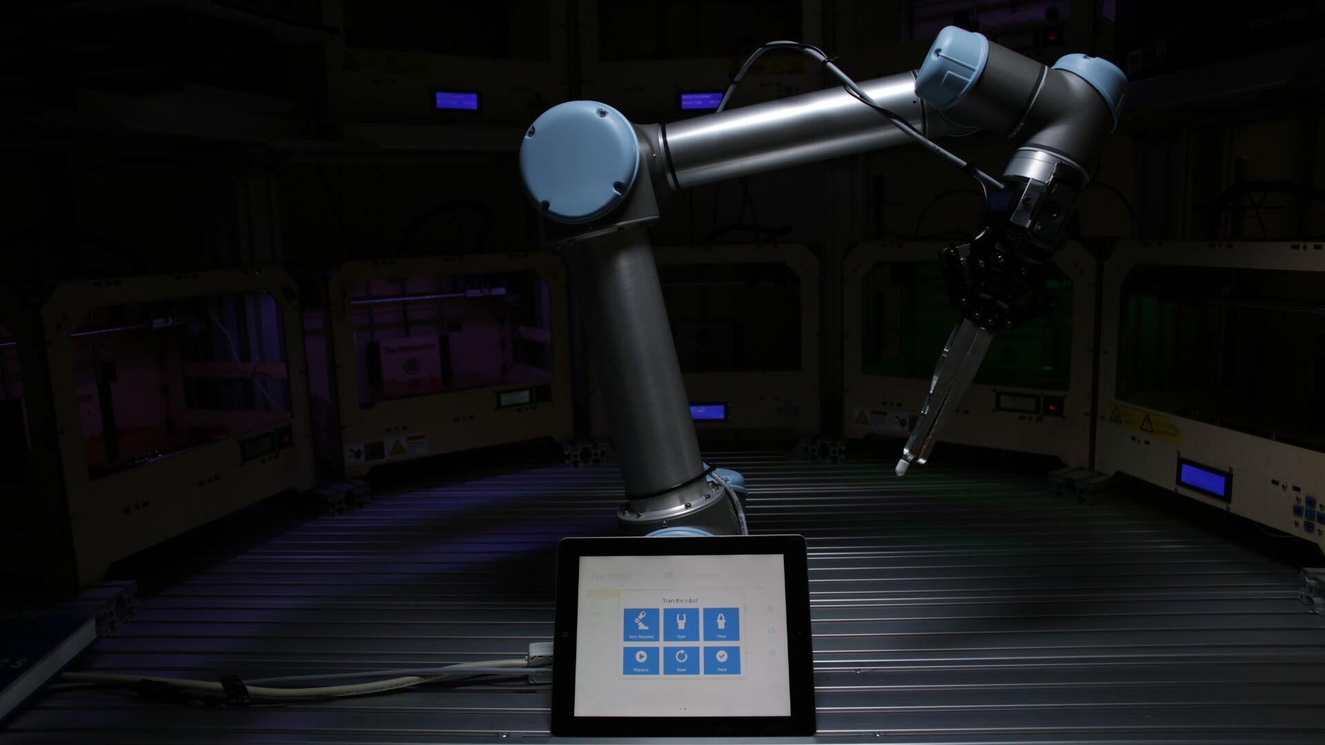 robot_and_ipad