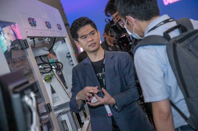 TMYTEK president Su-Wei Chang demonstrating the XBeam